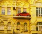 В центре Киева «припарковали» автомобиль набалконе